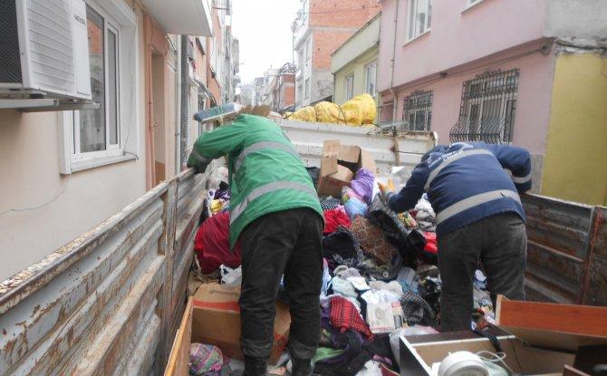 Evden tonlarca çöp çıkarıldı