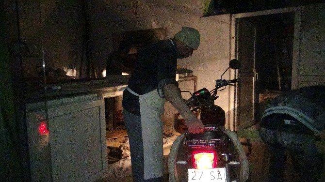 Elektrikler Kesilince Ekmekleri Motosiklet Işığında Çıkardılar