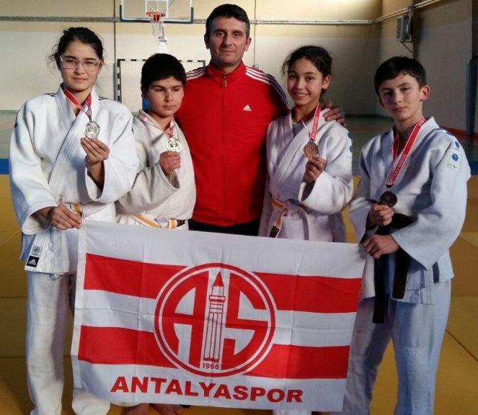 Antalyalı judocular İzmir'den 14 madalya ile döndü