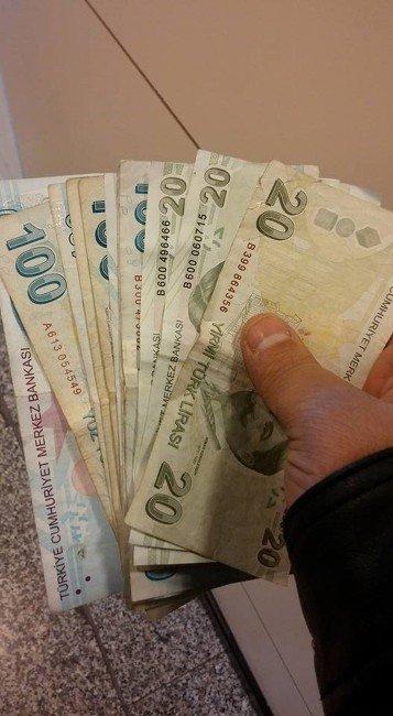 Atm Girişindeki Bulduğu Parayı Bankaya İade Etti