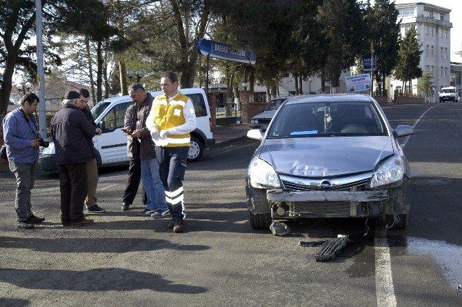 Otomobil Bakkala Dalmaktan Son Anda Kurtuldu: 4 Yaralı