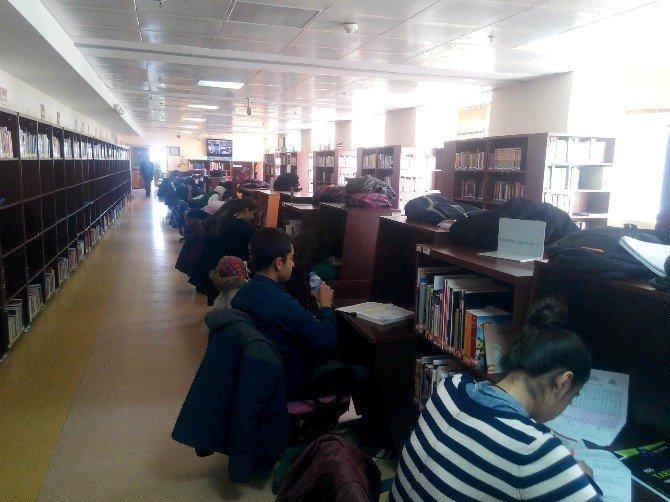 İl Halk Kütüphanesinde Sömestr Tatilinde Yoğunluk