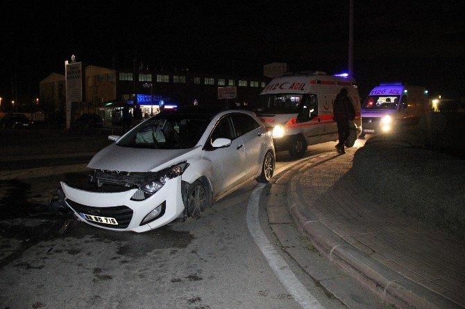 Otomobille Belediye Otobüsü Çarpıştı: Üç Yaralı
