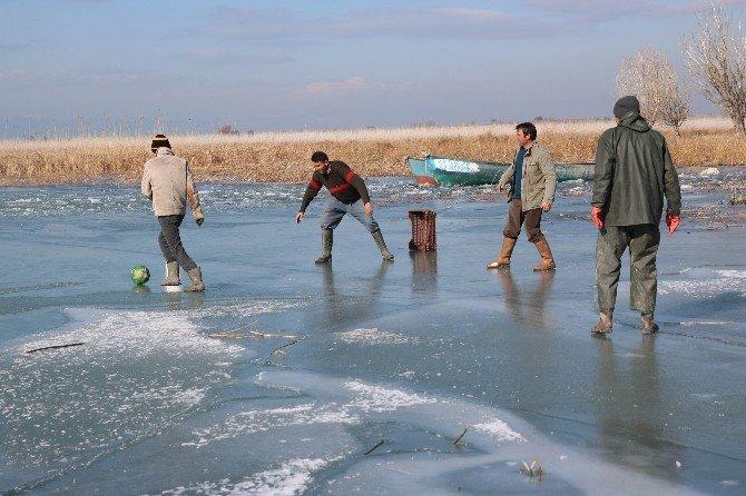 Balıkçılar Göl Buz Tutunca Top Oynamaya Başladı