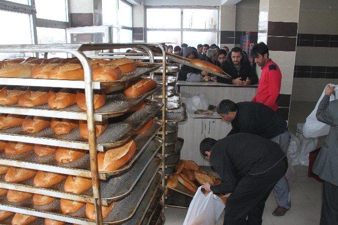 Muradiye'de Ekmek Kuyruğu