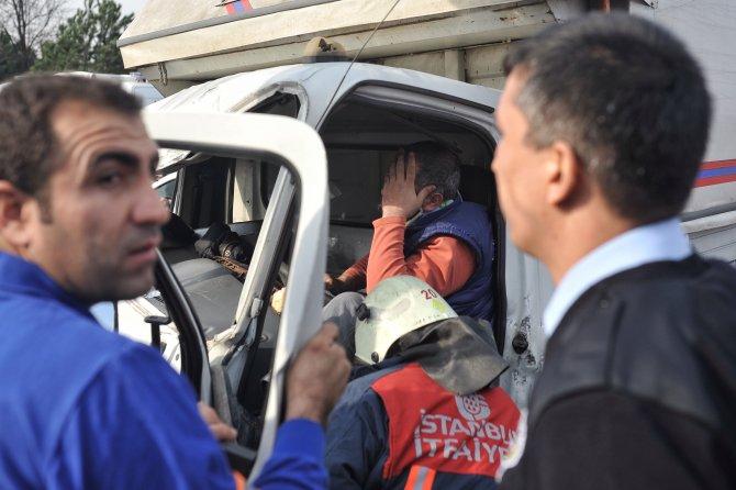 Freni boşalan kamyon, belediye otobüsüne çarptı: 3'ü ağır 9 yaralı