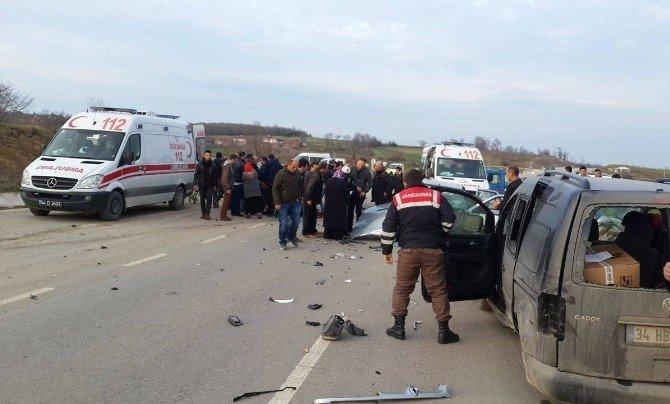 Sakarya'da İki Otomobil Çarpıştı: 5 Yaralı