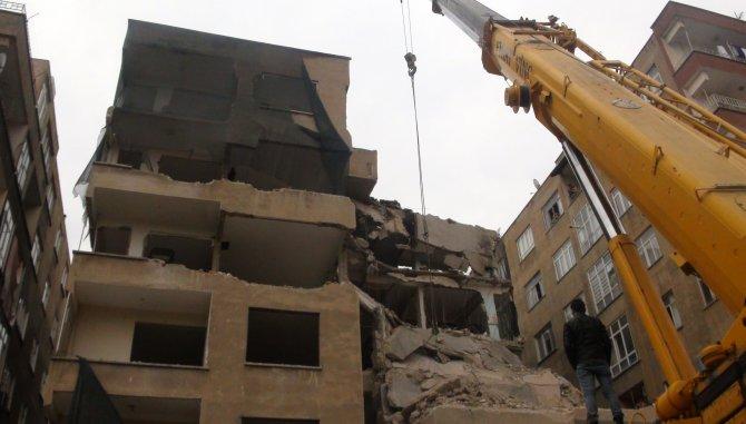 Balyozlarla yıkılan 6 katlı bina işçilerin üzerine çöktü