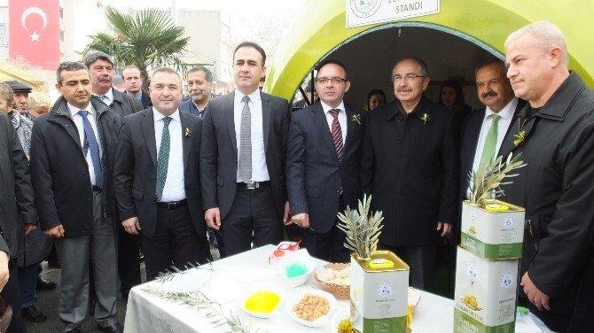 Burhaniye'de Zeytin Görünümlü Stant İçinde Zeytinyağı Tanıtımı