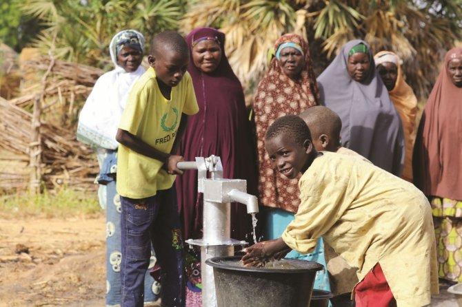 Afrika'da açılan su kuyuları kadınların yüzünü güldürüyor