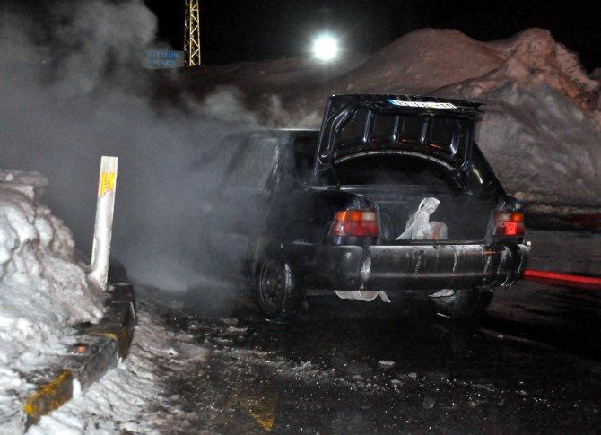 Bitlis'te seyir halindeki otomobil yandı