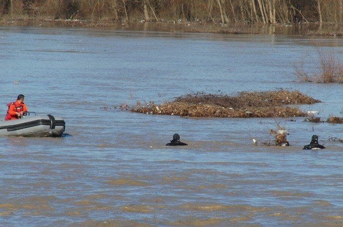 Irmakta Kaybolan Avcıyı Jöak Arıyor