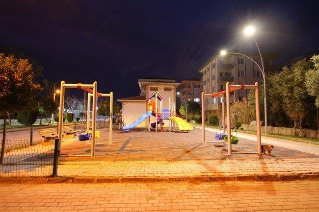 Çiftlikköy'de Parklar Gündüz Gibi Işıldıyor