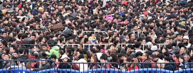 Çin'de yeni yıl tatiline çıkan on binlerce yolcu tren istasyonunda mahsur kaldı