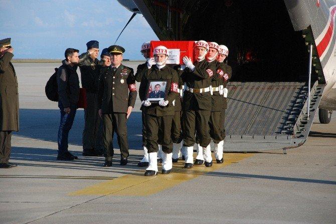 Gümüşhaneli Şehit Teğmen Erdoğan'ın Cenazesi Askeri Uçakla Trabzon'a Getirildi