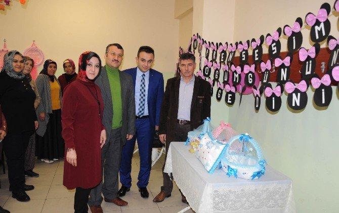 Erdemli'de Belgeli Çocuk Bakıcıları Yetişiyor