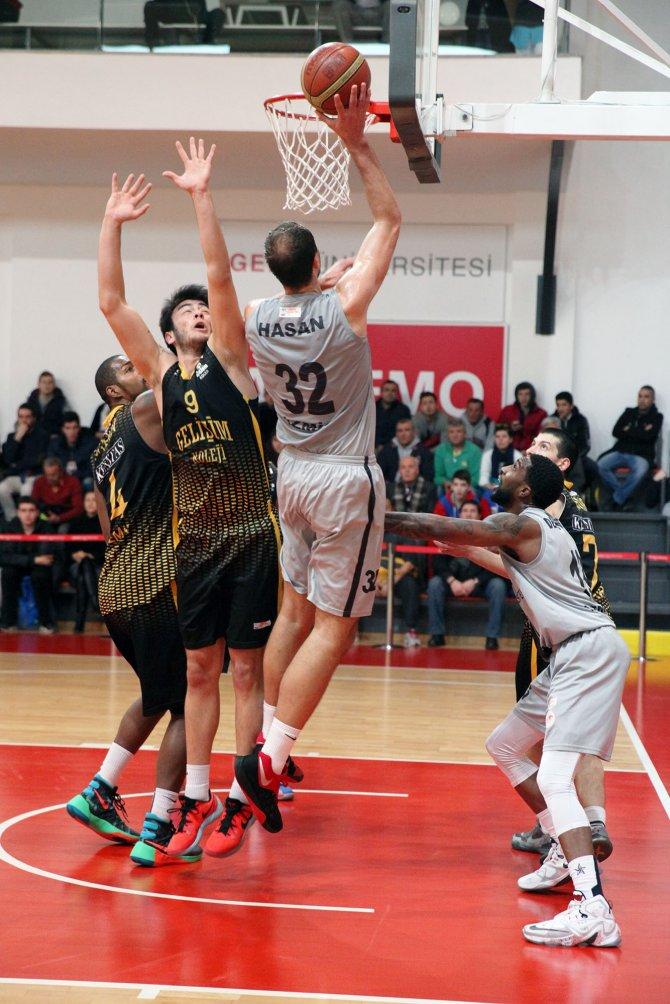 Basketolda İzmir derbisini de kazanan Gediz Üniversitesi çıkışını sürdürdü