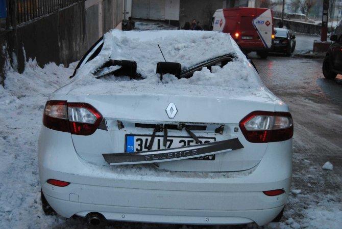 Çatıdaki kar kütlesi büyük bir gürültüyle aracın üstüne düştü
