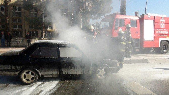 Otomobil Yol Ortasında Alev Aldı