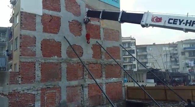 Zemini kayan bina vinçle tutuluyor