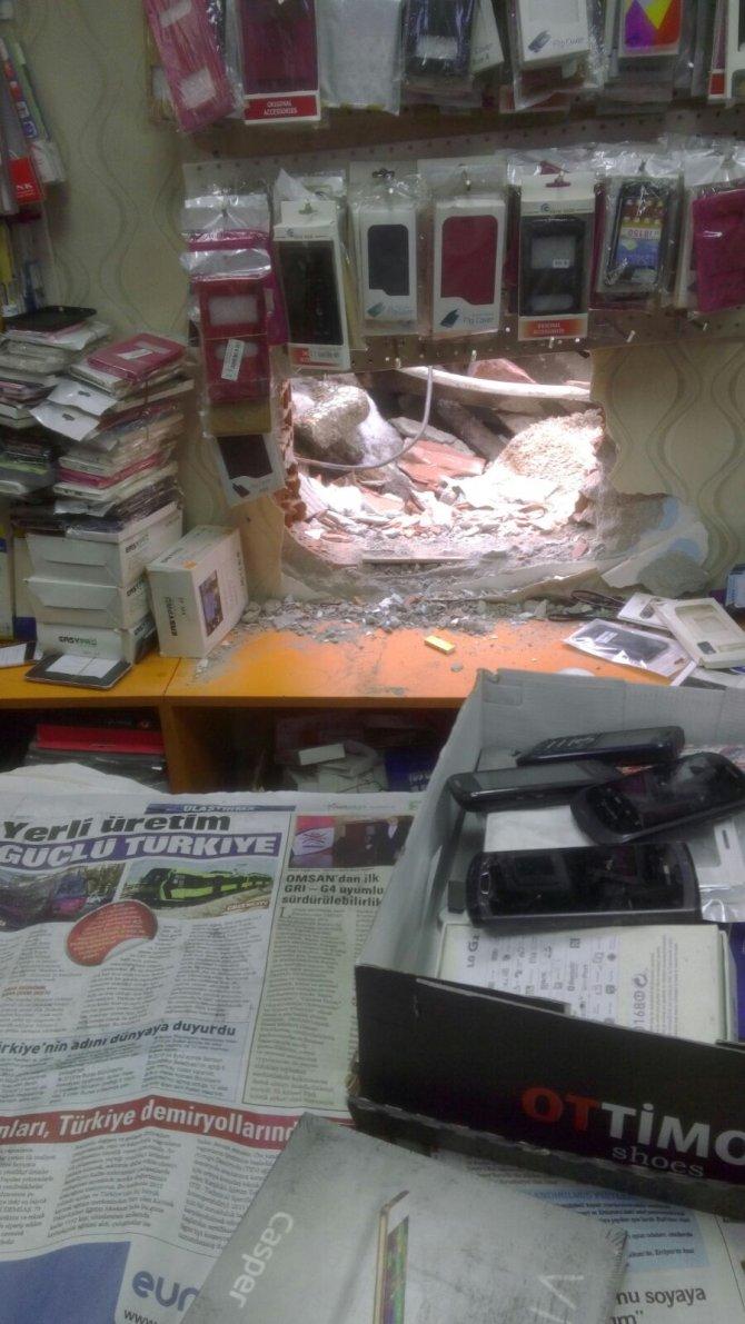 Balyozla duvarı delen hırsızların 150 bin liralık soygunu kamerada