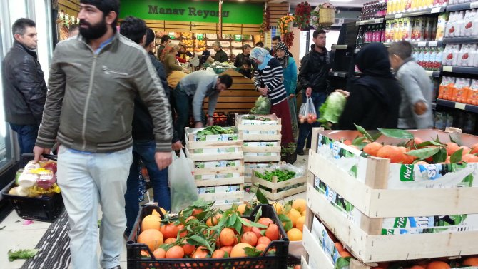 Cizre'ye gelen sebze ve meyve kamyonu dakikalar içinde tükendi