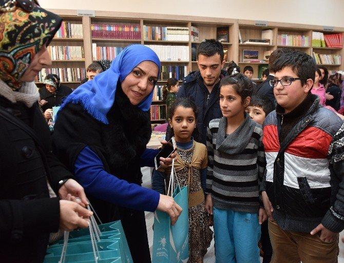AK Partili Kadınlardan Öğrencilere Kırtasiye Yardımı