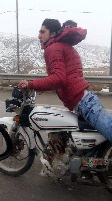 Otoyolda Motosikletle Şov Yapan Genç Trafiği Tehlikeye Düşürüyor