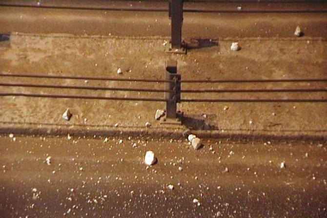 Beton parçaları yola düştü, 8 otomobilin lastikleri patladı