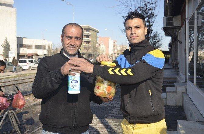 Türkiye-rusya Gerginliğine Dikkat Çekmek İçin Turşu Ve Ayran Dağıttı