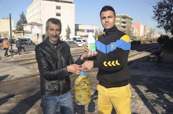 Rusya ile Türkiye arasında gerginliğe dikkat çekmek için turşu ve ayran dağıttı