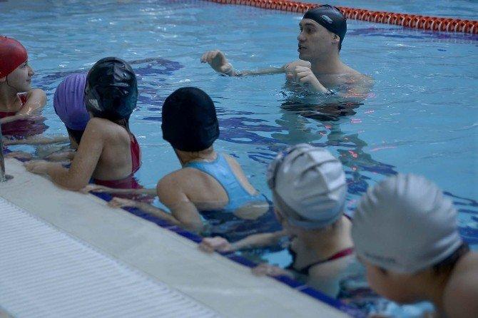 Muttalipli Çocukların Havuz Keyfi