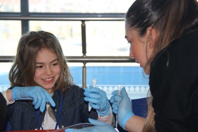 Çocuklar, DNA kolyeleri yaptı