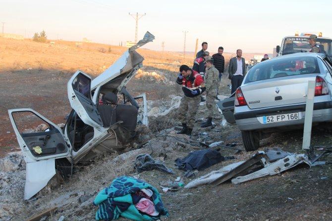 Kafa kafaya çarpışan araçlardan biri ikiye bölündü: 5 ölü, 2 yaralı