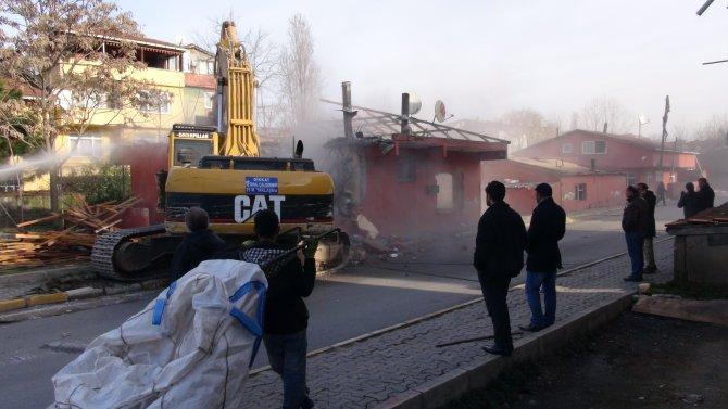 Evleri yıkılan vatandaşlar gözyaşı döktü