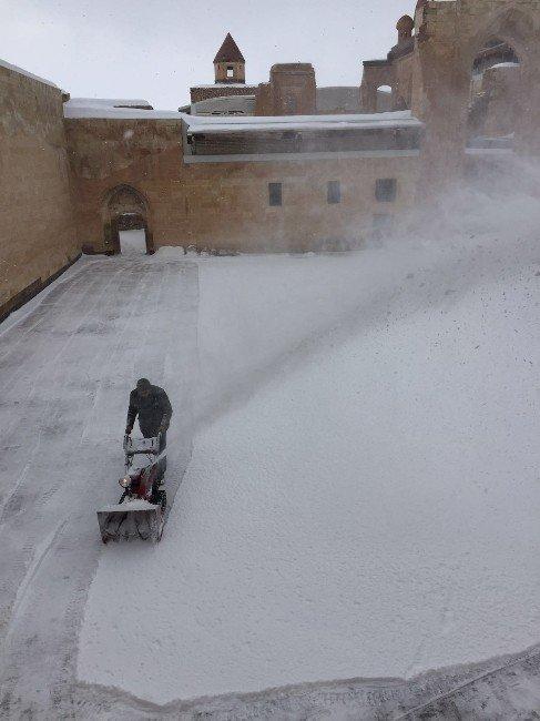 İshak Paşa Sarayı'nda Kar Temizleme Çalışması