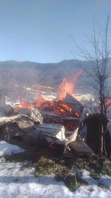 İki Katlı Ev, Yangında Küle Döndü