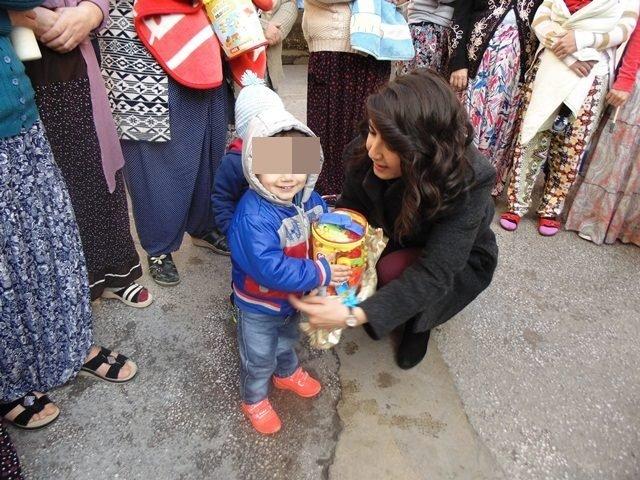 Cezaevinde anneleriyle aynı kaderi paylaşan çocuklar hediyeyle sevindi