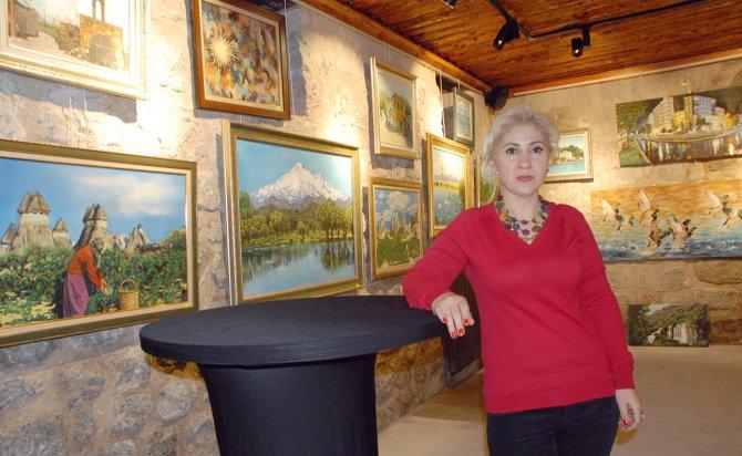 Okuma yazmayı öğrenmeden önce resme başlayan ev hanımı 5. kişisel sergisini açtı