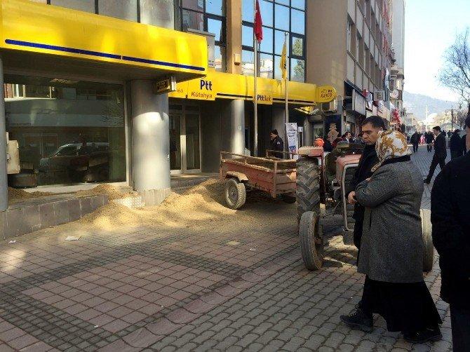 Traktörüne Yüklediği Gübre Ve Kumu Kurum Binalarının Önüne Döktü
