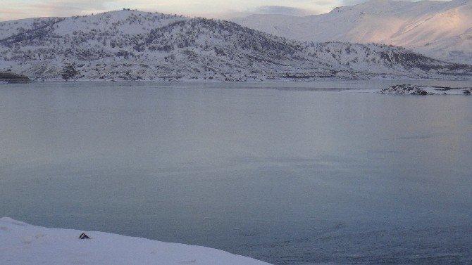 Sürgü Baraj Göleti Buz Tuttu