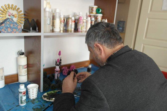 Hastalar ahşap boyama öğrenerek topluma kazandırılıyor