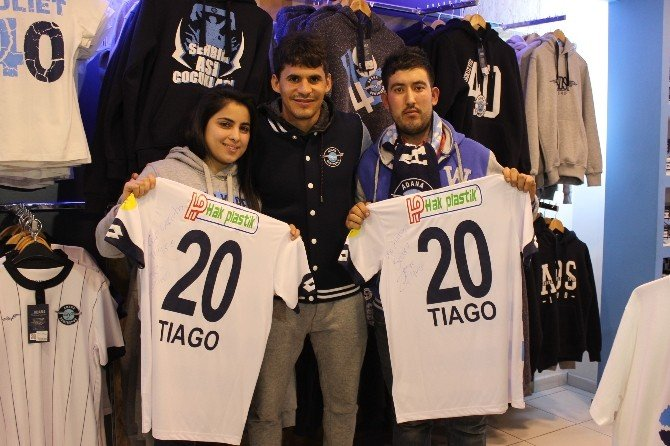 Tiago'dan İki Taraftara İmzalı Forma