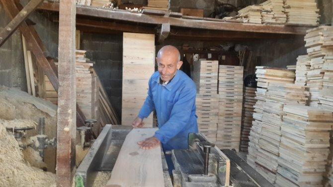 50 metrekarelik dükkandan Türkiye'ye kovan satıyor