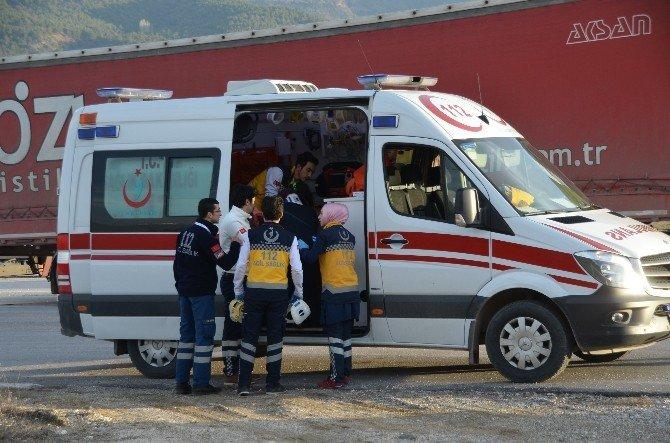 Otomobil Tır'a Çarptı: 4 Yaralı