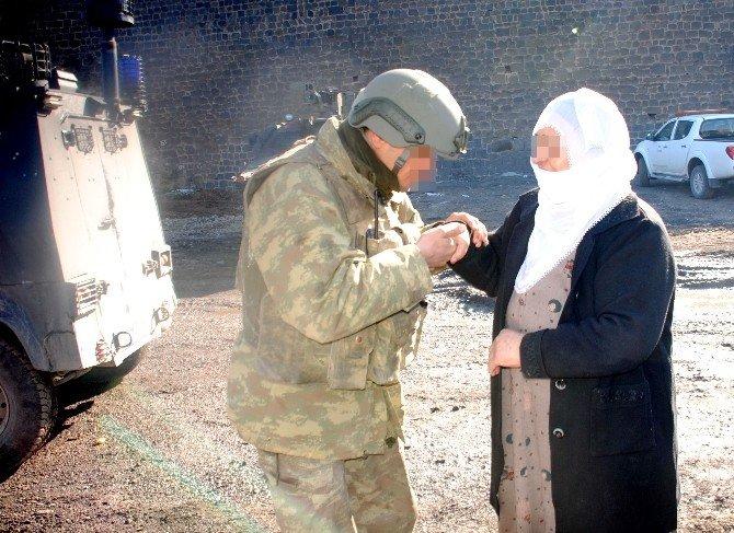 Sur'da Mehmetçiğin Şefkat Eli