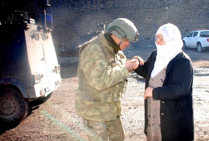 Jandarma, Sur'da mahsur kalan aileyi kurtardı
