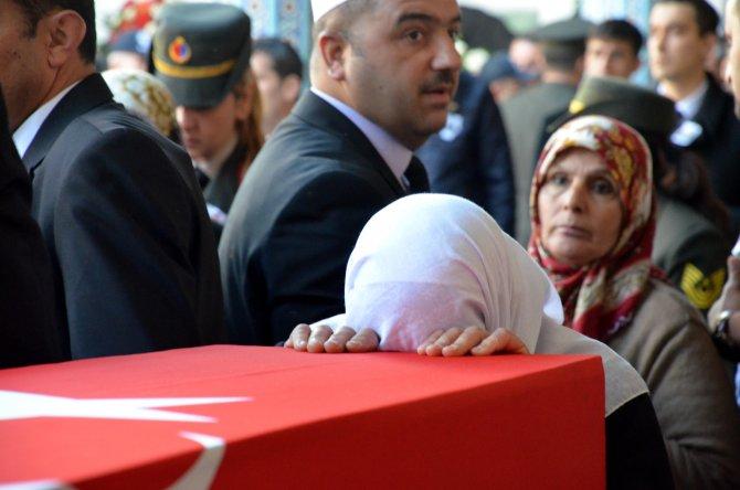 Şehidi, annesi Kürtçe ağıtlarla uğurladı