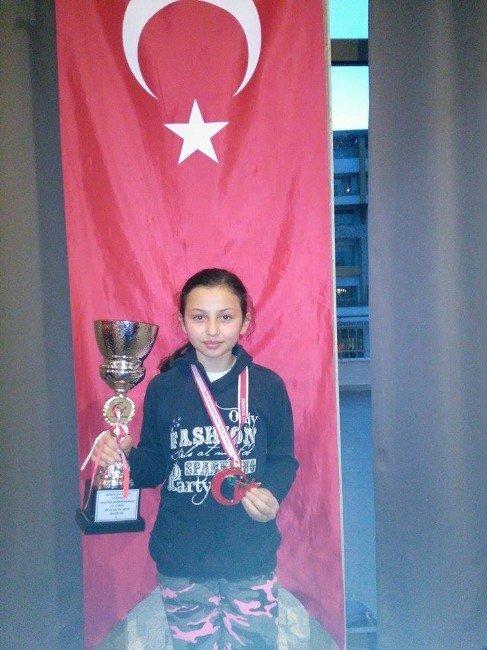 Halterin 'Altın' Miniğinden Türkiye Şampiyonluğu