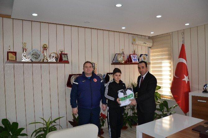 Türkiye Şampiyonu Olan Minik Halterci Ödüllendirildi